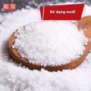 Sử dụng muối để làm mờ vết cháy ở áo