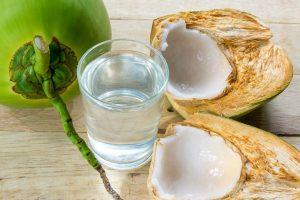 Nước dừa có tác dụng rất tốt đối với ngâm quần áo đồng phục